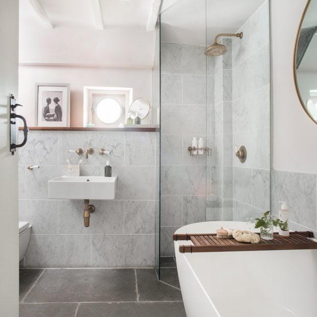 Phòng tắm màu trắng với gạch ốp tường bằng đá cẩm thạch