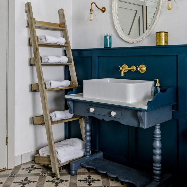 Phòng tắm màu xanh lam truyền thống