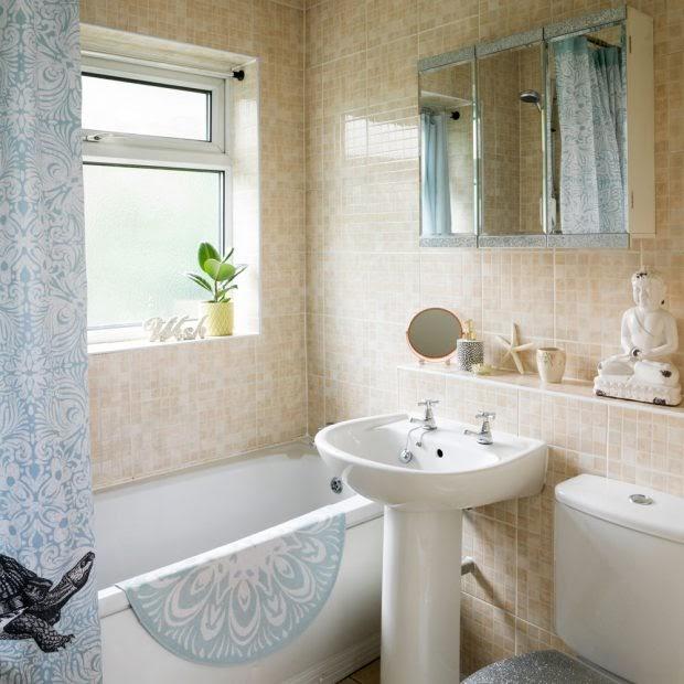 Phòng tắm trung tính với kiểu lát gạch khảm
